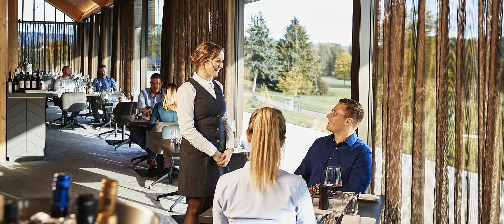 Öschberghof Service Kellnerin im Restaurant