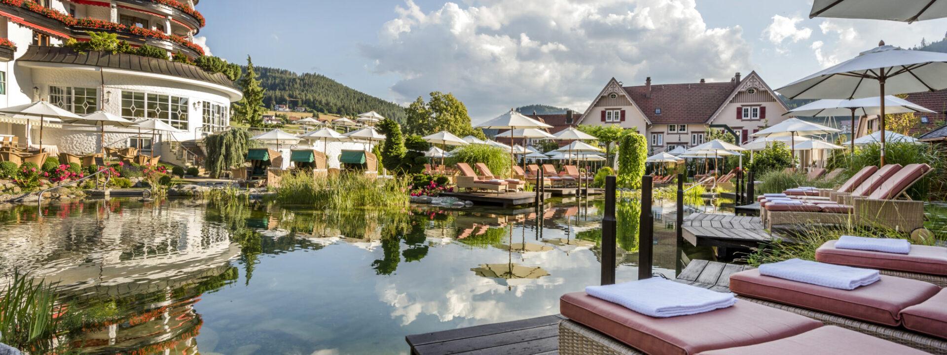 Außenansicht Hotel Bareiss Mit Naturschwimmteich