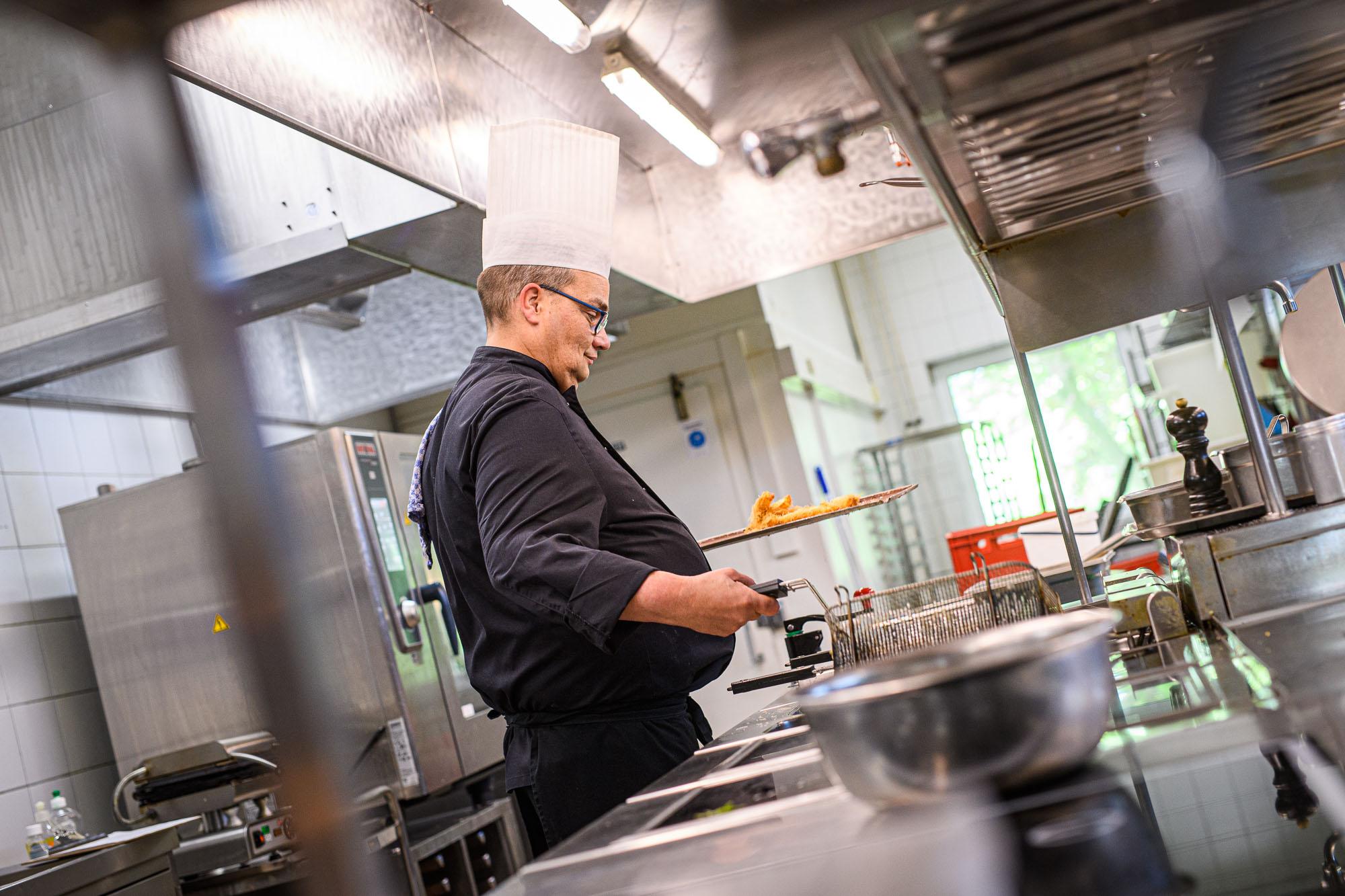 Holiday Inn Lübeck Chef in der Küche ©Kauffmann Studios