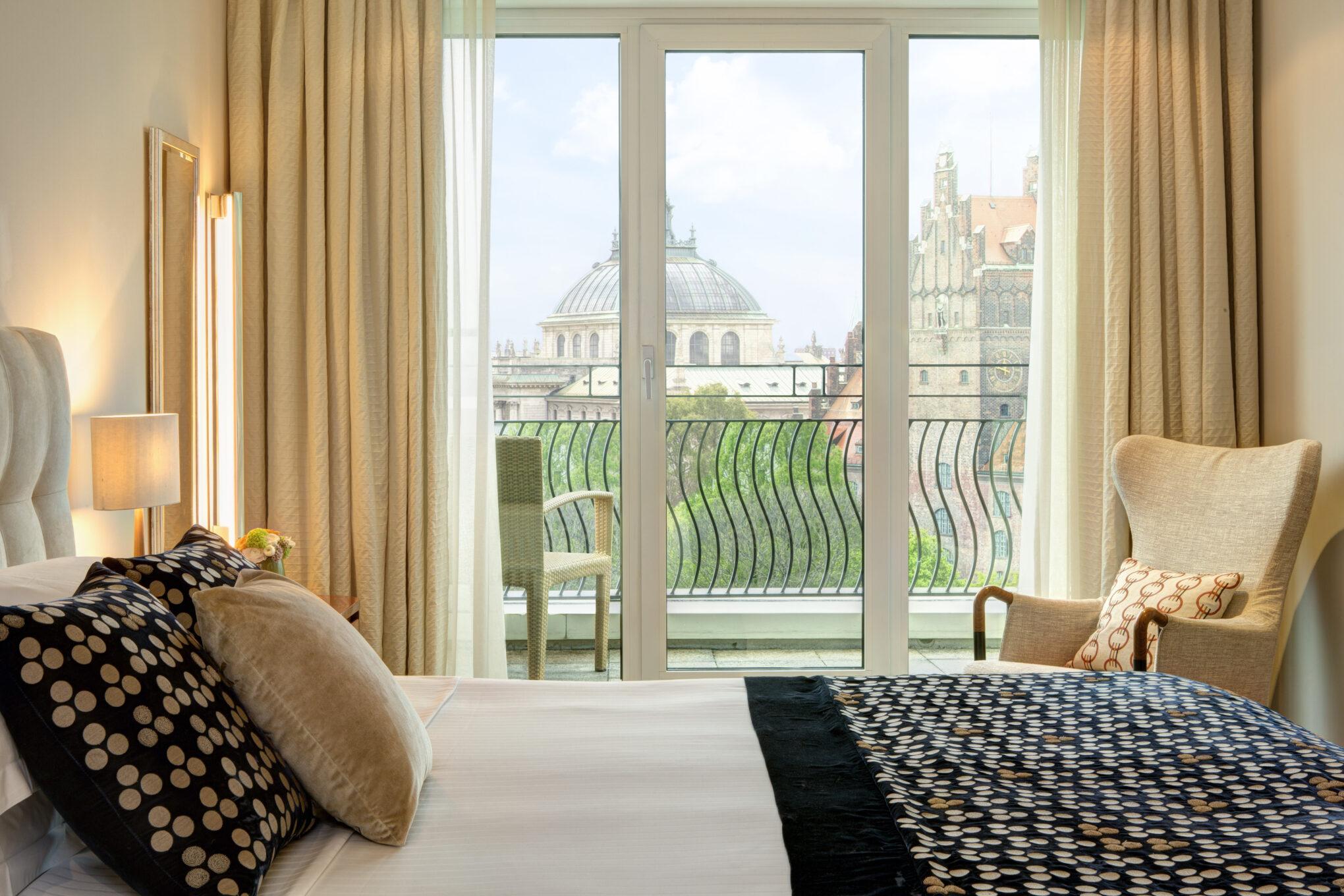 The Charles Hotel Rocco Forte Blick aus dem Schlafzimmer der Monforte Royal Suite