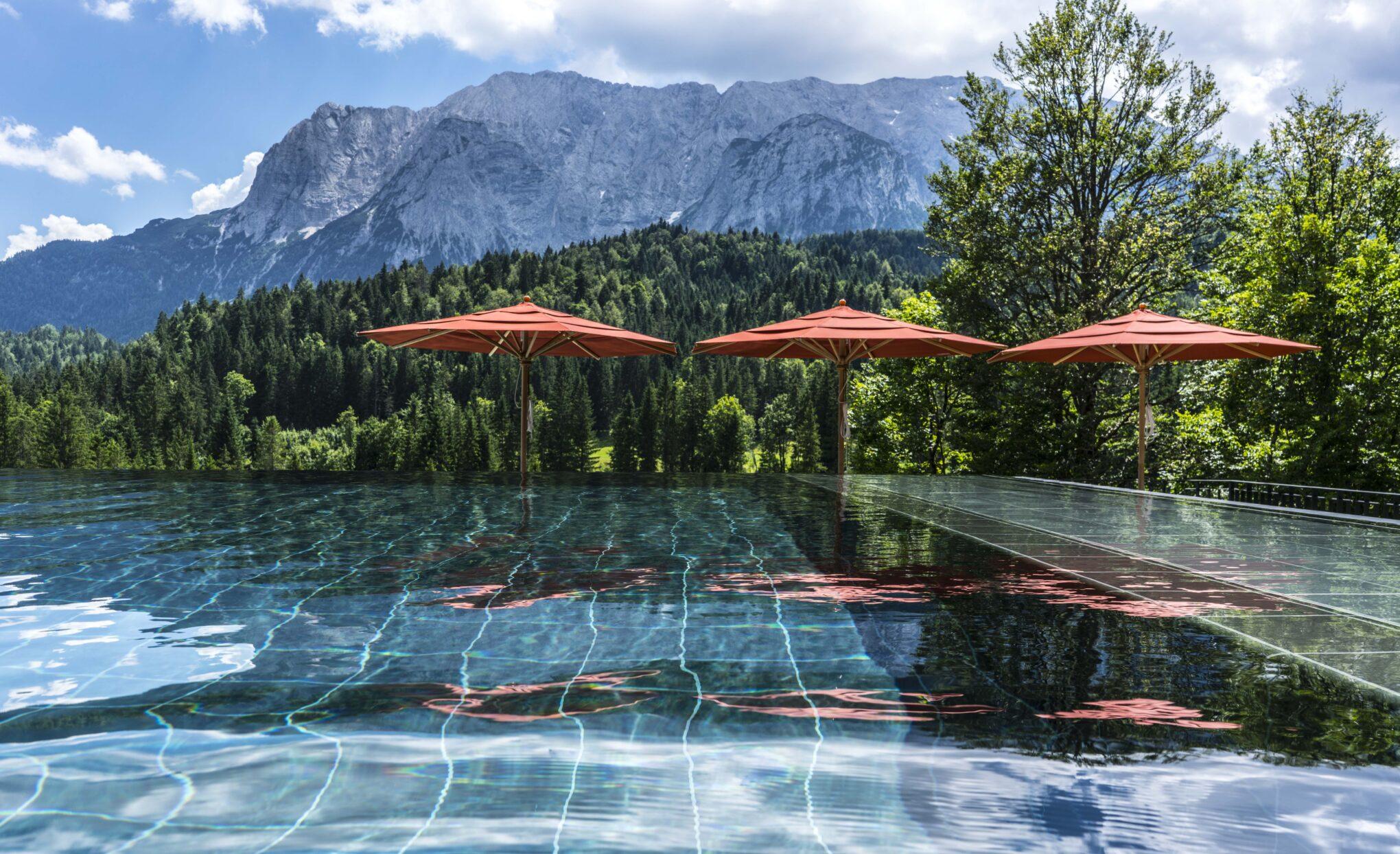 Schloss Elmau Pool mit Berg im Hintergrund