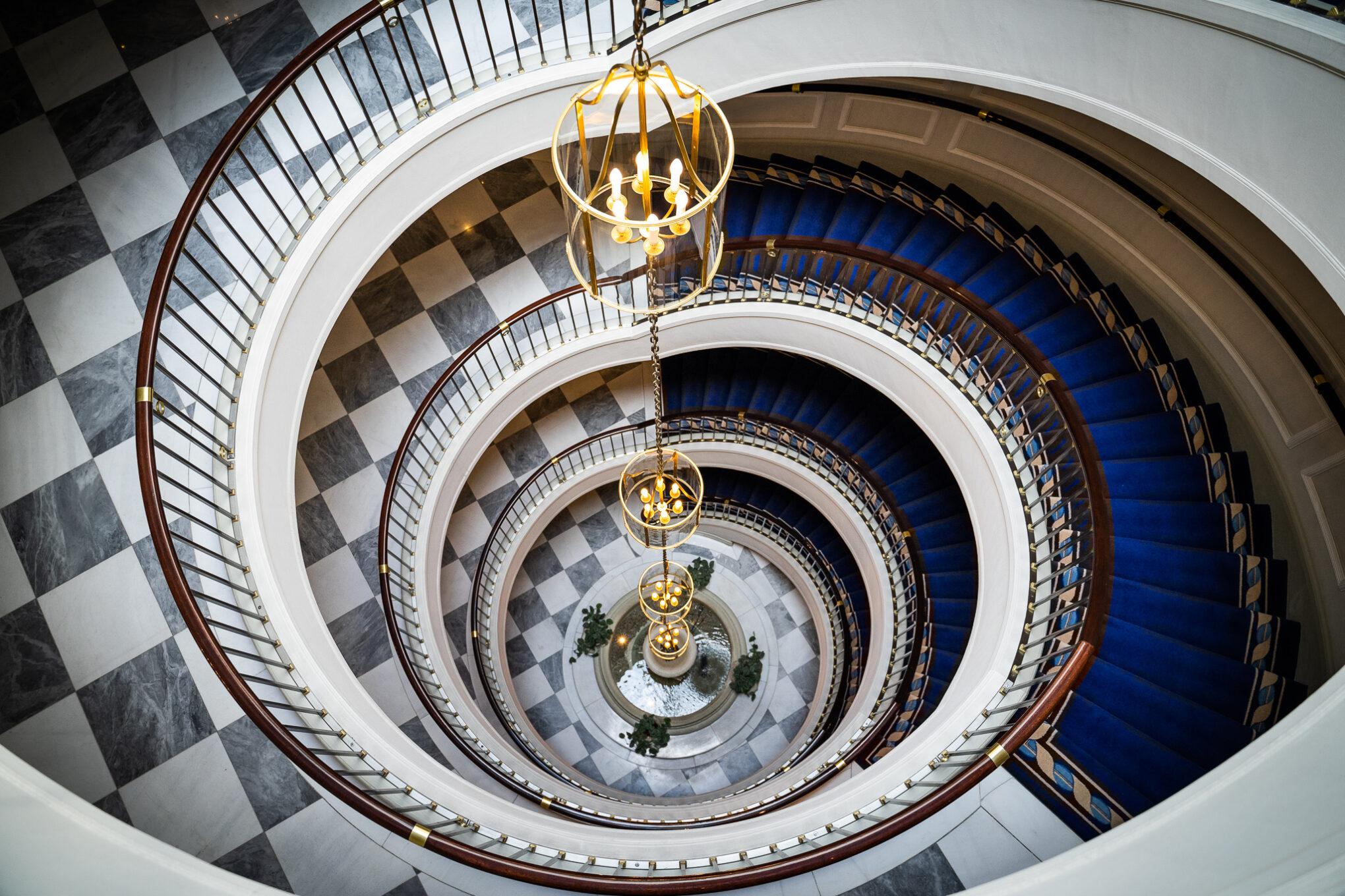 Excelsior Hotel Ernst Blick auf das elegante Treppenhaus