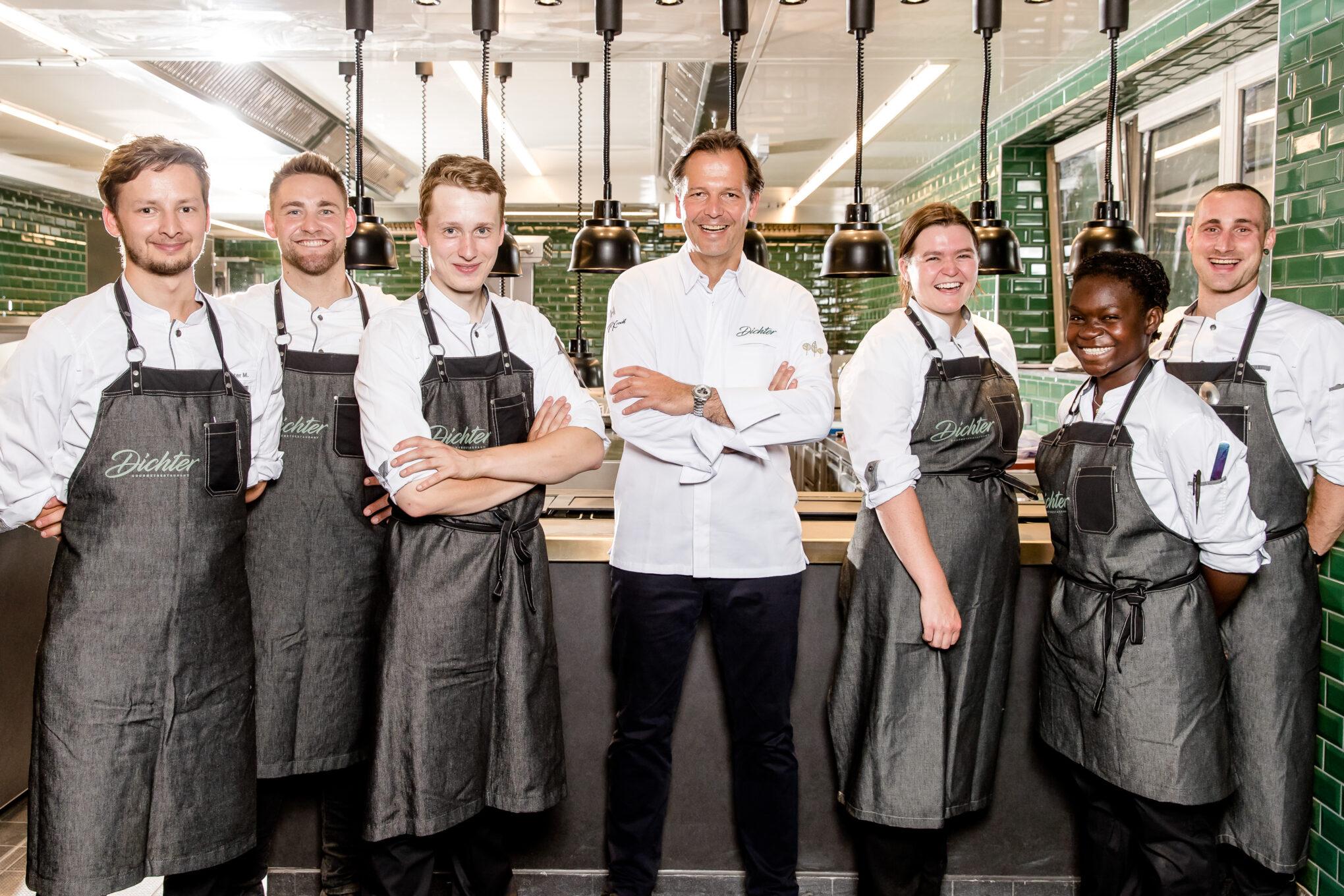 Parkhotel Egerner Hoefe Mitarbeiter mit Sternekoch Thomas Kellermann in der Küche